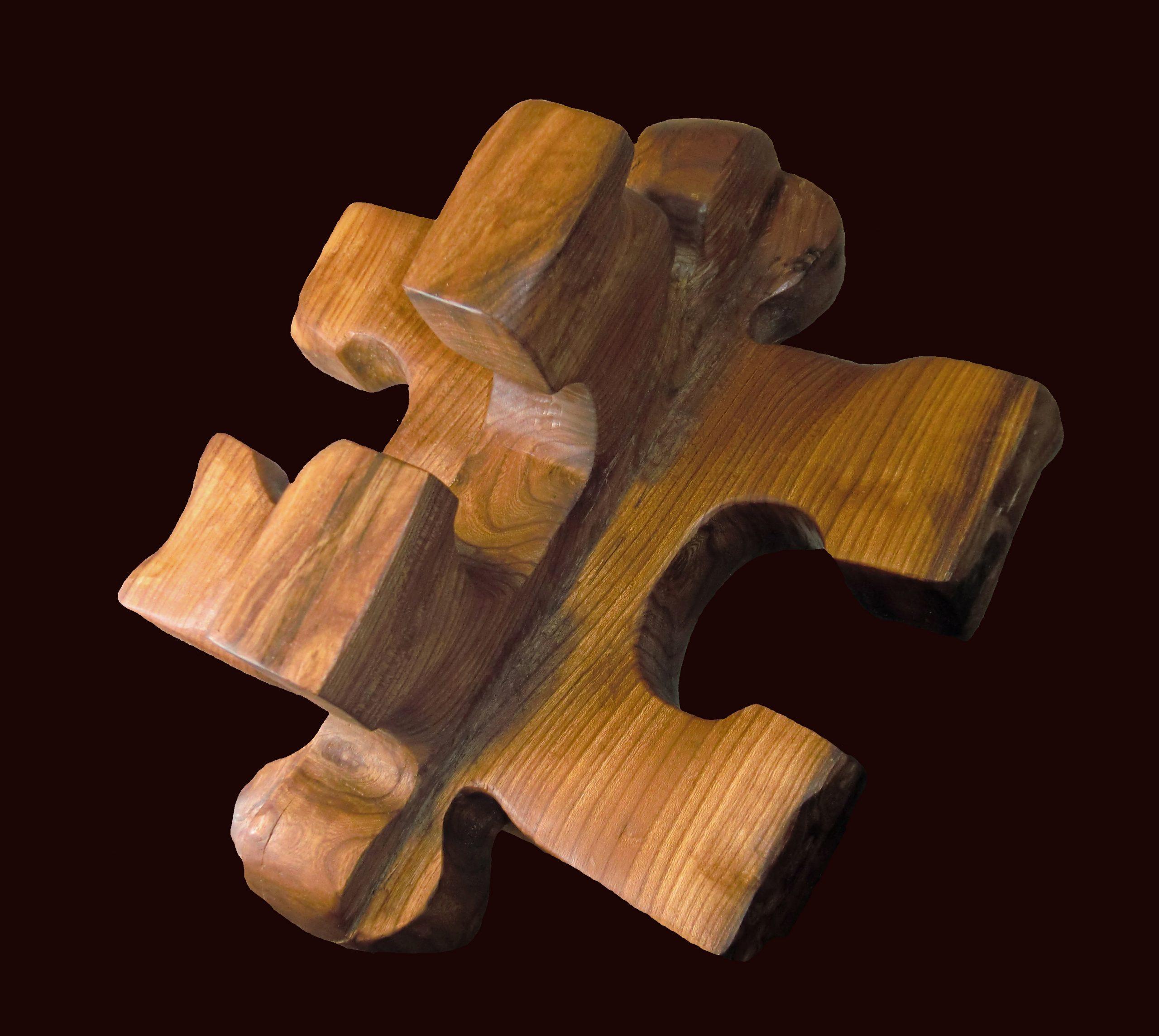 Photo de sculpture (deux pièces de puzzle emboitées perpendiculairement)